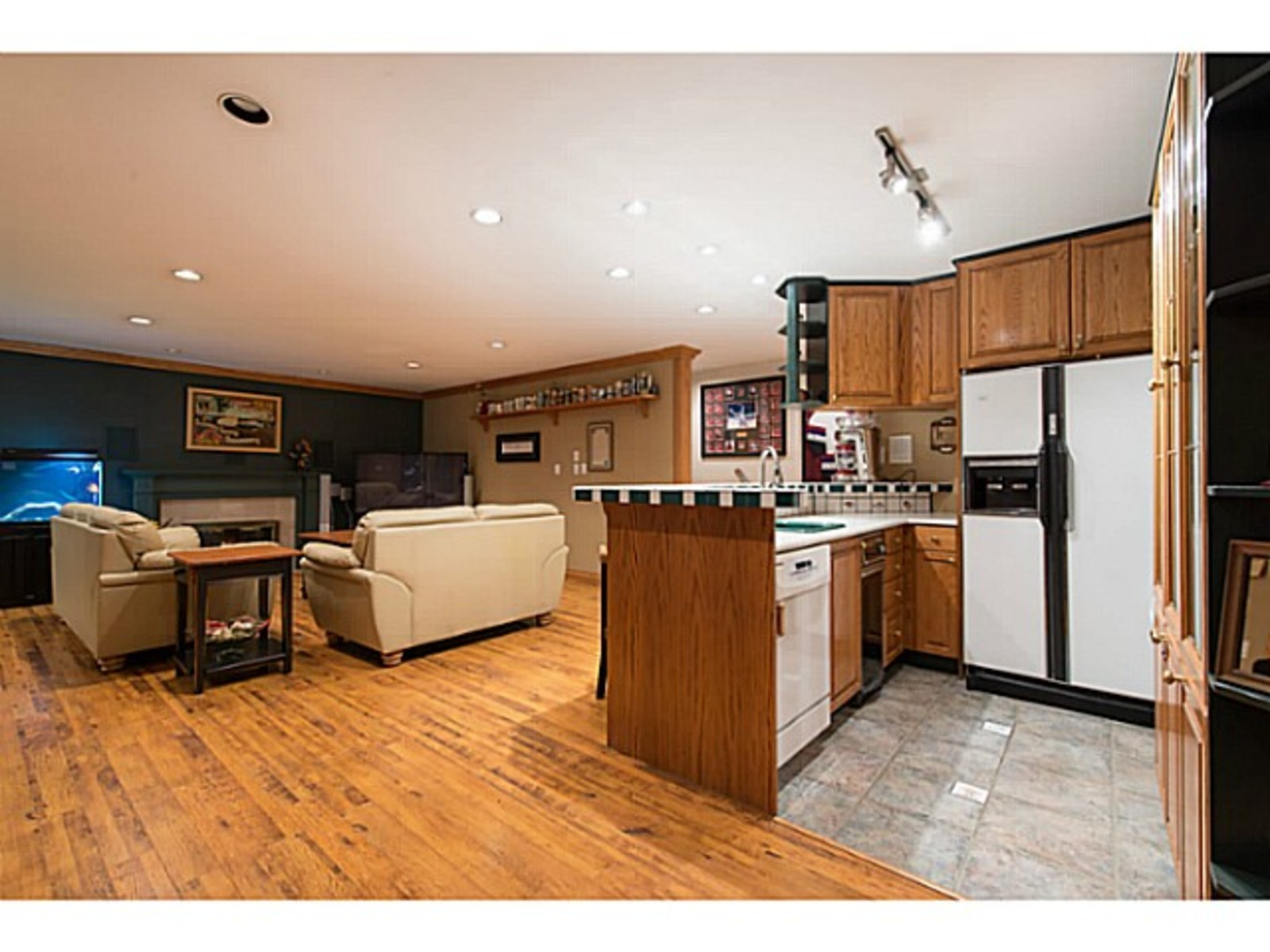 image-260912312-14.jpg at 833 Sprice Ave,