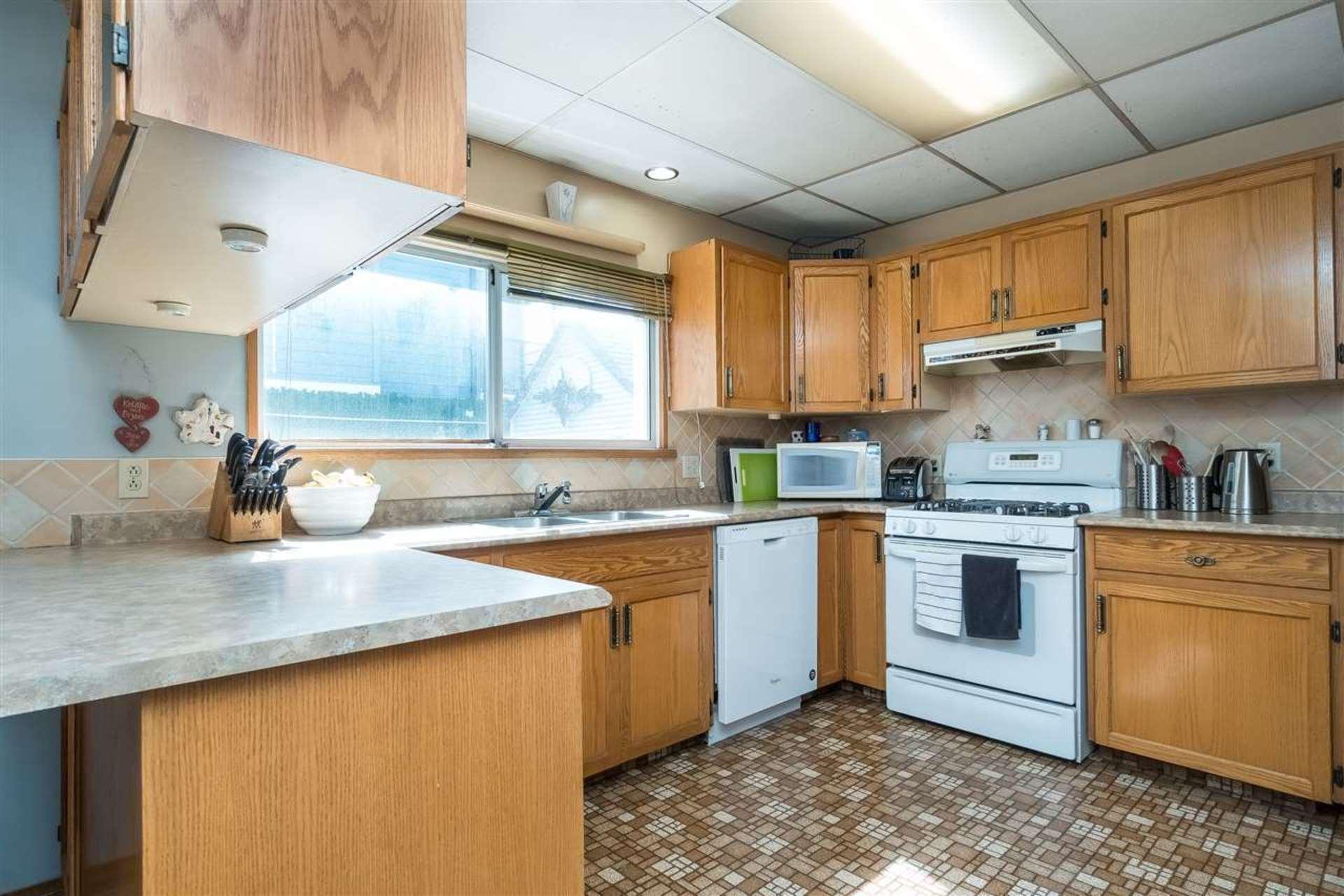 Kitchen  at 9941 121a Street, Cedar Hills, North Surrey