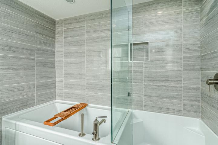 Master En-Suite Tub & Shower Combination   at 7 - 2825 159 Street, Grandview Surrey, South Surrey White Rock
