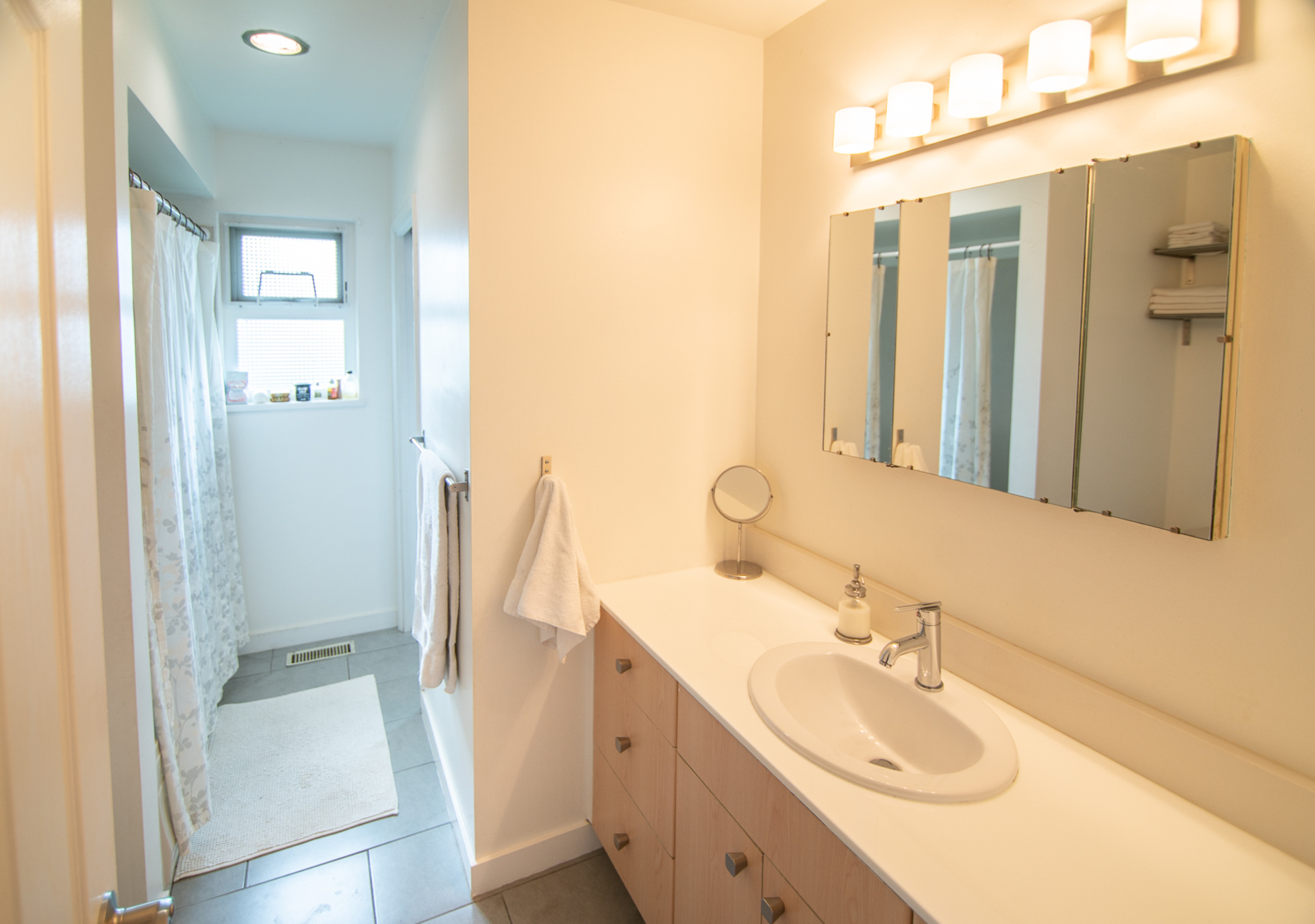 Main Bathroom at 1685 58a Street, Beach Grove, Tsawwassen