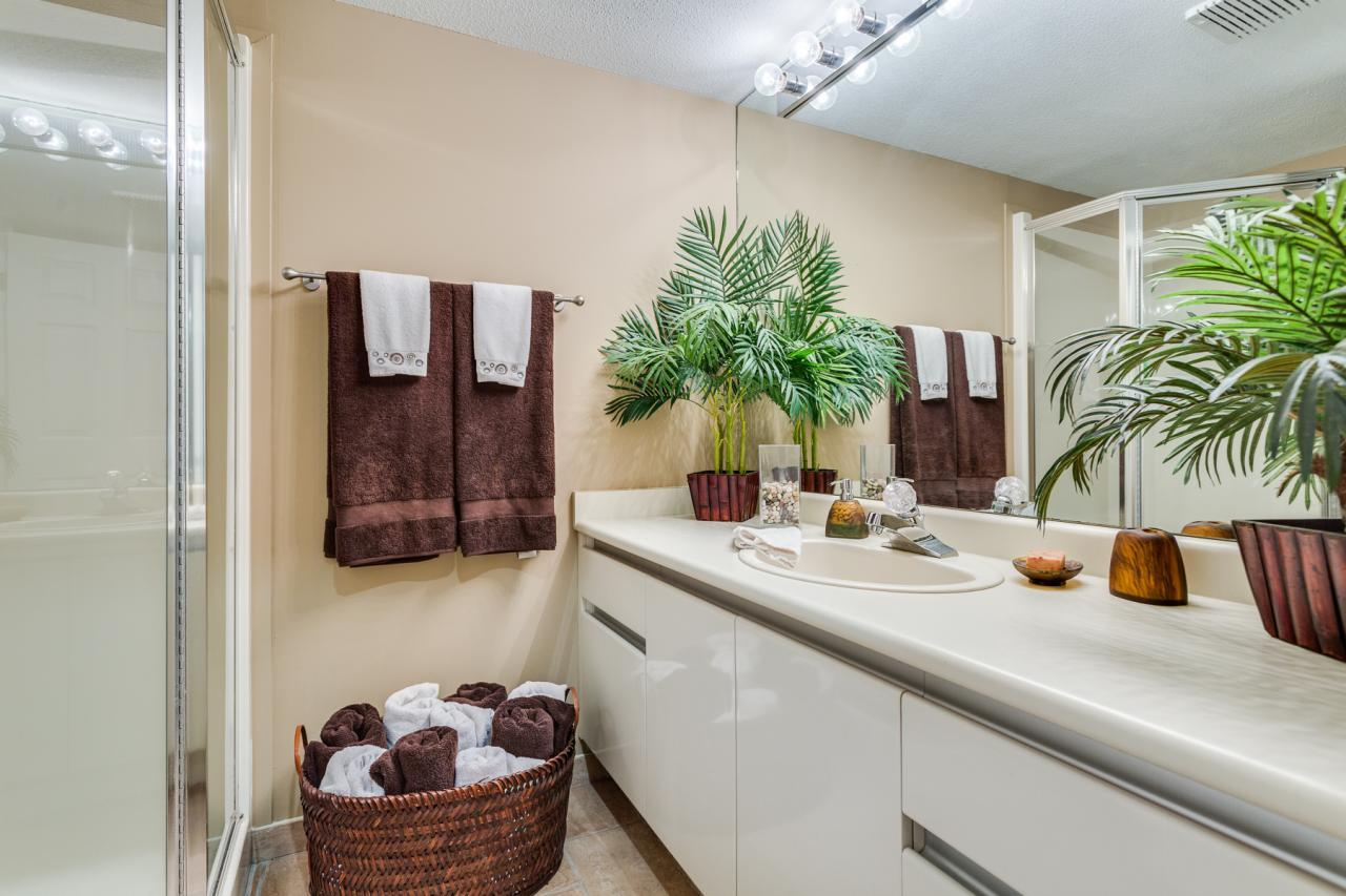 Full Bathroom at 924 Tsawwassen Beach Road, Tsawwassen