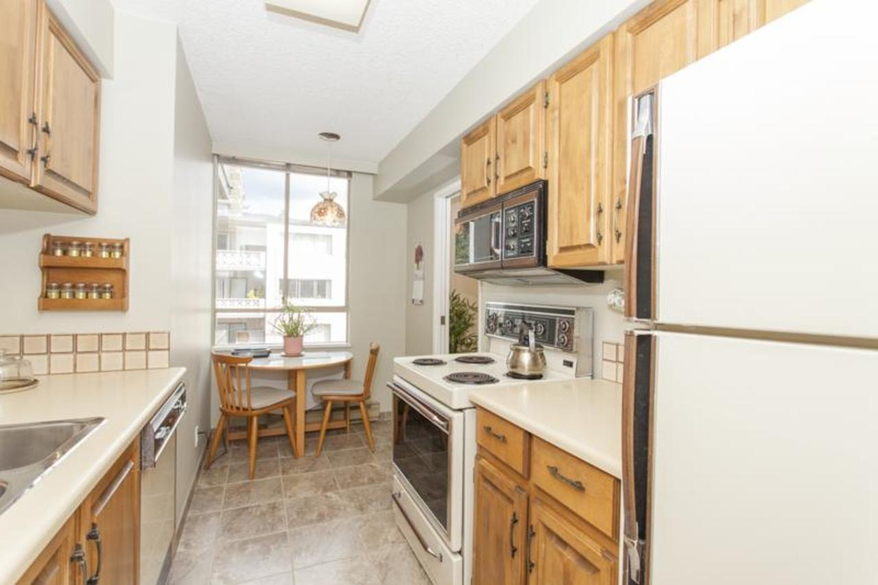 Kitchen3 at 402 - 1485 Duchess, Ambleside, West Vancouver