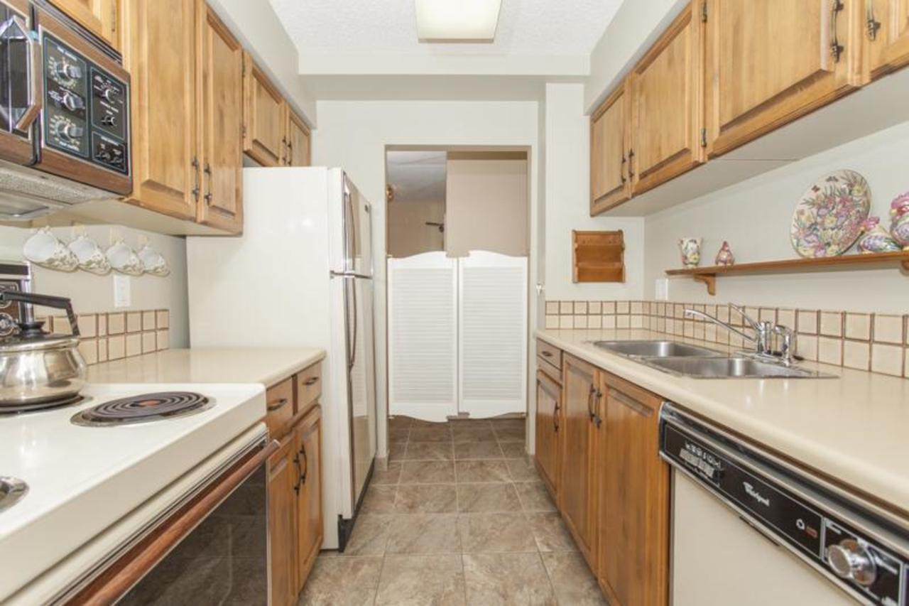 Kitchen5 at 402 - 1485 Duchess, Ambleside, West Vancouver