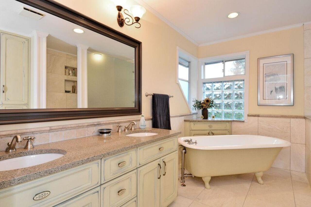 Ensuite at 13152 20a Avenue, Elgin Chantrell, South Surrey White Rock